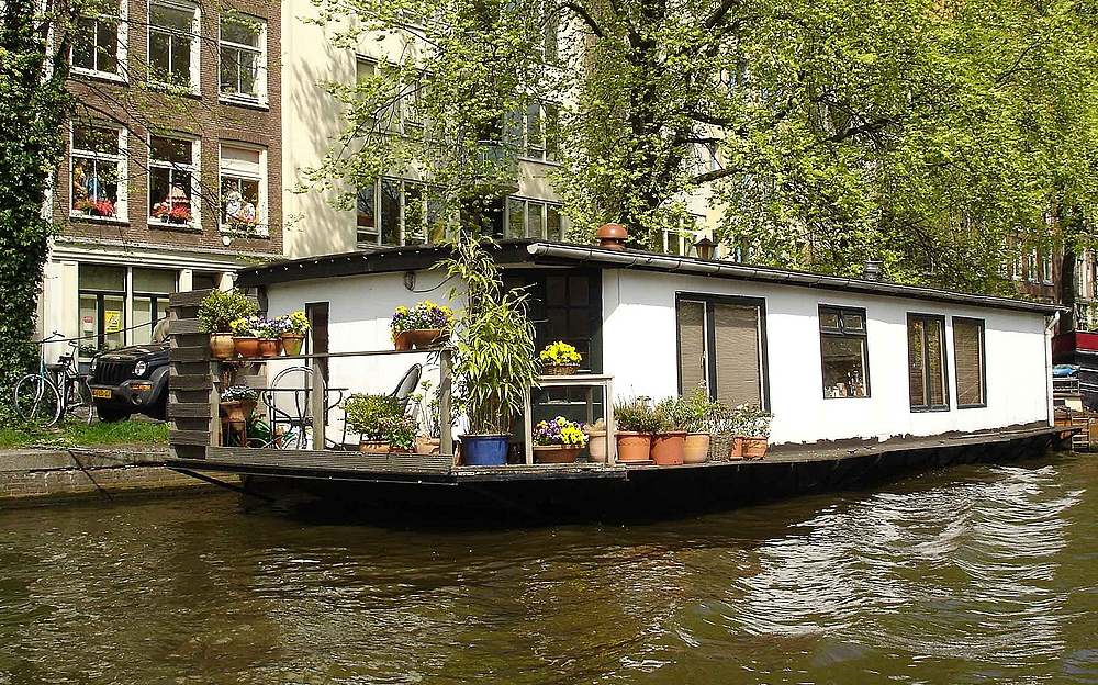 hausboot in den grachten von amsterdam. Black Bedroom Furniture Sets. Home Design Ideas